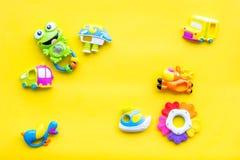 Den handgjorda leksaker för nyfött behandla som ett barn rattle Gul modell för bästa sikt för bakgrund royaltyfria foton