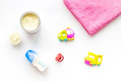 Den handgjorda leksaker för nyfött behandla som ett barn rattle Matningsflaskan med mjölkar Vit modell för bästa sikt för bakgrun royaltyfri bild