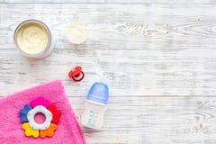 Den handgjorda leksaker för nyfött behandla som ett barn rattle Matningsflaskan med mjölkar Vit trämodell för bästa sikt för bakg arkivbild