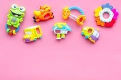 Den handgjorda leksaker för nyfött behandla som ett barn rattle Rosa modell för bästa sikt för bakgrund arkivbilder