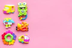Den handgjorda leksaker för nyfött behandla som ett barn rattle Rosa modell för bästa sikt för bakgrund royaltyfria foton