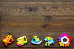 Den handgjorda leksaker för nyfött behandla som ett barn rattle Trämodell för bästa sikt för bakgrund royaltyfri foto