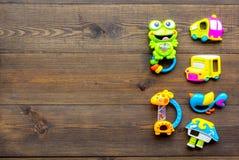 Den handgjorda leksaker för nyfött behandla som ett barn rattle Trämodell för bästa sikt för bakgrund arkivbilder