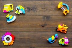 Den handgjorda leksaker för nyfött behandla som ett barn rattle Trämodell för bästa sikt för bakgrund royaltyfri bild
