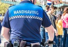 Den handhaving polisen som har en blick i gatorna royaltyfri bild