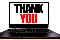Den handskrivna textvisningen tackar dig Affärsidéhandstil för tacksamhettack som är skriftligt på bildskärmframdelskärmen, vit b arkivfoto