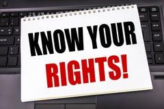Den handskrivna textvisningen vet dina rätter Affärsidéhandstil för rättvisa Education som är skriftlig på notepadanmärkningspapp arkivfoton