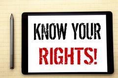 Den handskrivna textvisningen vet dina rätter Affärsidéhandstil för rättvisa Education Written på minnestavladatorskärmen, vit arkivfoto