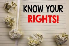 Den handskrivna textvisningen vet dina rätter Affärsidéhandstil för rättvisa Education Written på notepadanmärkningspapper, vitba arkivfoton