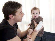 Den hans barnfadern som rymmer, behandla som ett barn flickan Royaltyfria Bilder