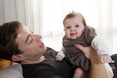 Den hans barnfadern som rymmer, behandla som ett barn flickan Royaltyfria Foton