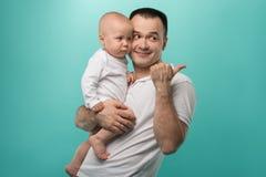 Den hans fadern som rymmer, behandla som ett barn pojken Arkivbilder