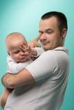 Den hans fadern som rymmer, behandla som ett barn pojken Arkivfoto