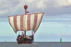 Den Hanseatic kuggen seglar under med gräsplan- och gulingbojet royaltyfria foton