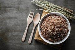 Den har en mild nötliknande anstrykning, är mer seg och mer näringsrik än vita ris Arkivfoton