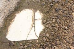 Den harmoniska modellen av kritiserar tegelplattor på golvet Fotografering för Bildbyråer