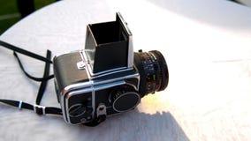 Den Hasselblad kameran ligger på en vit tabell stock video