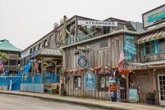 Den havs- restaurangen och en souvenir shoppar i Cedar Key, Florida Royaltyfria Bilder