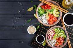 Den hawaianska laxfisken petar bunken med ris, avokadot, paprika, gurkan, rädisan, sesamfrö och limefrukt Buddhabunke banta mat ö fotografering för bildbyråer