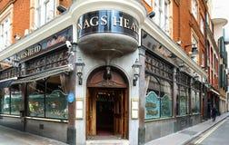 Den Head baren London för hästkrakar är den traditionella engelska baren på den Covent trädgården i London, Förenade kungariket Arkivfoton