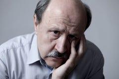 Den Head ståenden av den mogna gamala mannen för pensionären på hans 60-tal som ser ledset och bekymrat lidande, smärtar och förd Arkivfoto