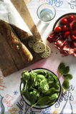 Den hela kornbagetten med behandla som ett barn spenat, körsbärsröda tomater och kött Arkivbild