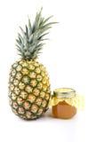 Den hela nya ananas och kruset av ananas sitter fast Fotografering för Bildbyråer