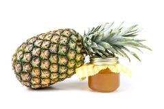 Den hela nya ananas och kruset av ananas sitter fast Royaltyfria Foton