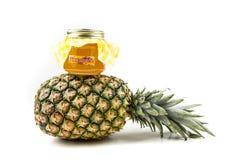 Den hela nya ananas och kruset av ananas sitter fast Arkivbild