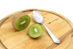 Den hela nya kiwifruiten klippte öppet, för att ätas med en sked royaltyfria bilder