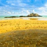 Den helgonMalo Fort National ön och vaggar, lågvatten Royaltyfri Bild
