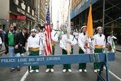 Den helgonPatricks dagen ståtar marschen Arkivbild