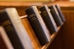 Den heliga bibeln i kyrka Royaltyfria Bilder