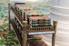 Den heliga boken för Koranen av muselmanerna i moskén Fotografering för Bildbyråer