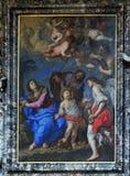Den heliga familjen med änglar och symboler av passionen Arkivbilder