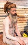 Den heliga mannen sitter inmeditation under Kumbha Mela royaltyfria bilder
