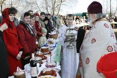 den heliga ortodoxa prästen stänker vatten Royaltyfria Bilder
