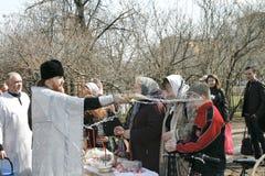 den heliga ortodoxa prästen stänker vatten Royaltyfri Foto