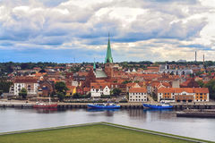 Den Helsingor staden och helgonet Olaf kyrktar i Danmark arkivbild