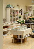 Den hem- dekoren och disken shoppar royaltyfri bild