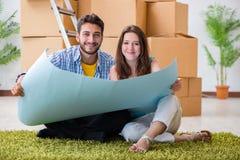 Den hem- renoveringen för ung familjeplanering i diy begrepp arkivfoton