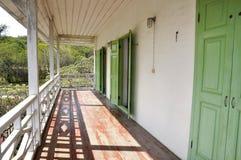 Den hem- terrassen för staketträ skuggar långt Arkivbilder