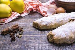 Den hemlagade äppelpajen med pudrat socker, kryddor, tjänade som med en textilhandduk på ett träbräde, bakgrund Royaltyfri Foto