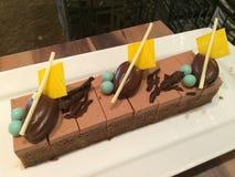 Den hemlagade kakan för chokladmousse på magasinet dekorerar med den vita chokladpinnen Arkivfoto