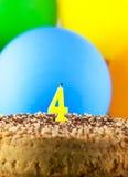 Den hemlagade kakan med nummer fyra undersöker och ballonger Fotografering för Bildbyråer