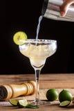 Den hemlagade klassiska margaritan med limefrukt och saltar Arkivfoton