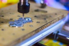 Den hemlagade maskinen inristar på metallen royaltyfria foton
