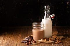 Den hemlagade muttern mjölkar Fotografering för Bildbyråer