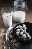 Den hemlagade nya mandeln mjölkar med den hemlagade mandelefterrätten Arkivbild