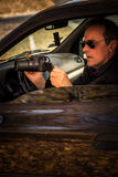 Den hemliga mannen som döljas i bil, tar fotoet Royaltyfri Fotografi